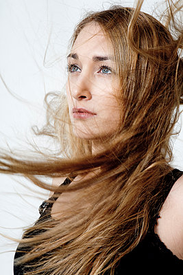 Junge Frau mit wehenden Haaren - p1221m1104384 von Frank Lothar Lange