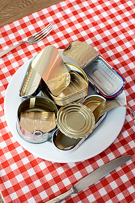 Empty tin cans - p1625m2228451 by Dr. med.