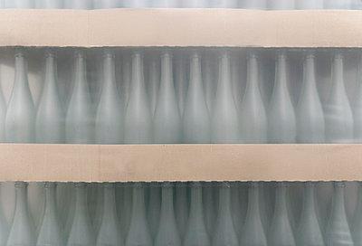 Weiße Flaschen II - p260m758349 von Frank Dan Hofacker