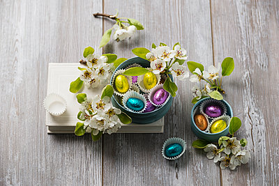 Chocolate Easter eggs and pear blossoms, pralines - p300m1153496 by Mandy Reschke