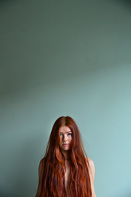 Young woman with long red hair - p427m2181271 by Ralf Mohr