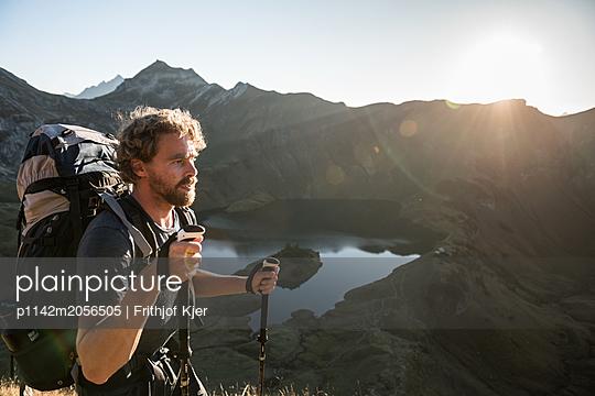 Junger Wanderer in den Bergen  - p1142m2056505 von Runar Lind