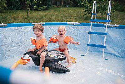 Zwei kleine Jungs in einem Pool - p1046m1220962 von Moritz Küstner