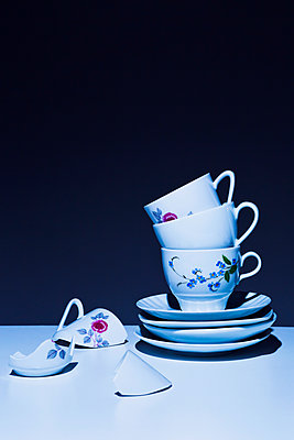 Stack of coffee cups - p1149m2027704 by Yvonne Röder