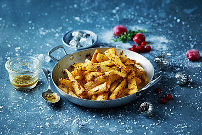 Roast parsnips in skillet, Christmas food - p429m2068667 by Danielle Wood