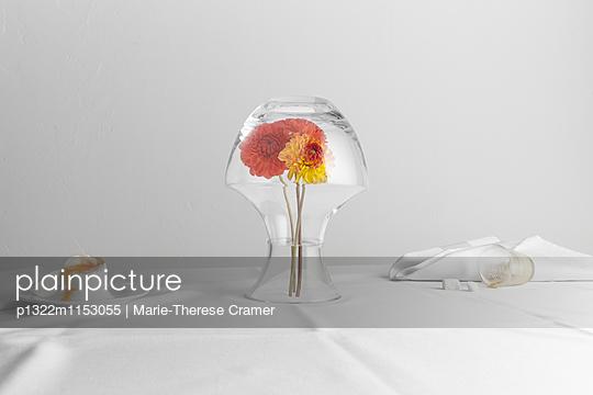 Tischszene mit umgedrehter Blumenvase, Ei und umgekipptem Kaffeeglas - p1322m1153055 von Marie-Therese Cramer