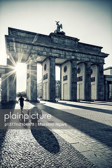 Germany, Berlin, Berlin Mitte, Brandenburg Gate - p1377m2104978 by Massimo Ripani