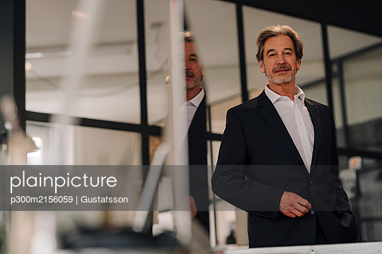 Portait of confident senior businessman in office - p300m2156059 by Gustafsson