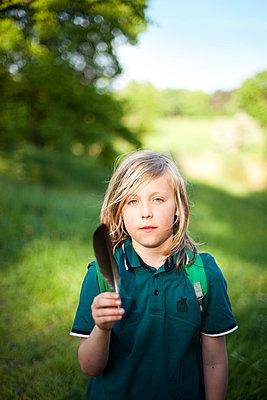 Junge mit Feder - p1195m1138161 von Kathrin Brunnhofer