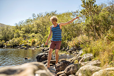 Junger Mann hat Spaß am Fluss - p1355m1574220 von Tomasrodriguez