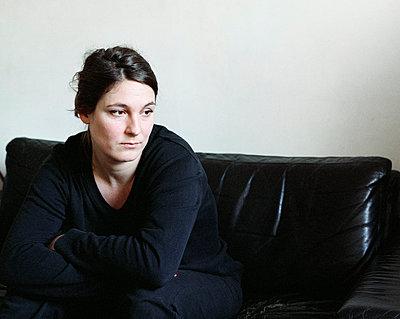Nachdenkliche Frau in schwarzer Kleidung - p1409m1466033 von margaret dearing