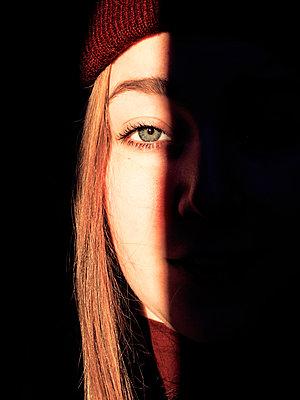 Half face - p1507m2037885 by Emma Grann