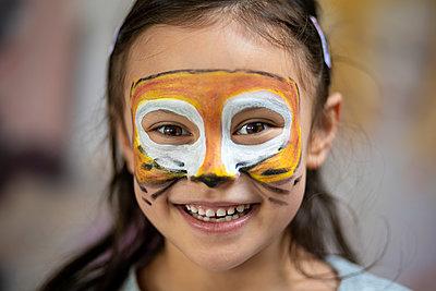 Kinderfest, Mädchen mit Gesichtsbemalung - p1625m2245018 von Dr. med.