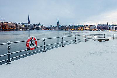 Germany, Hamburg, View to Jungfernstieg, frozen Inner Alster Lake in the evening - p300m1568130 von Kerstin Bittner