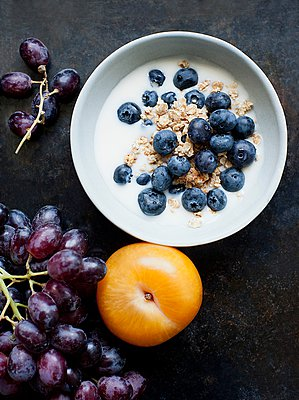 Bowl of oatmeal with fresh milk and blueberries - p429m1029701 by Magdalena Niemczyk - ElanArt
