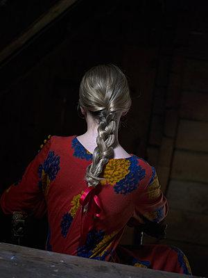 Rear view of woman with braid - p945m1154648 by aurelia frey