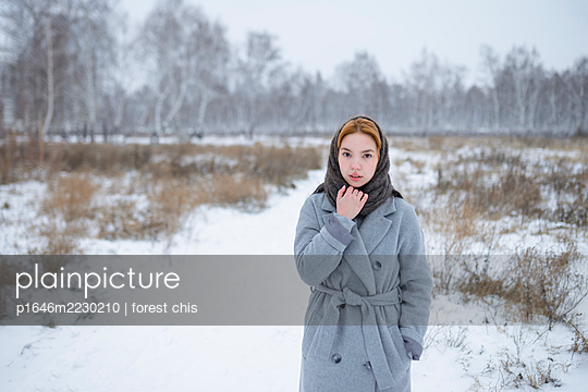 Russia, Young woman in winter clothes in snowy landscape - p1646m2230210 by Slava Chistyakov