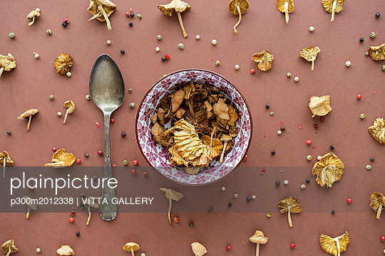 Arrangement of mushrooms, silver spoon and peppercorns - p300m2012338 von VITTA GALLERY