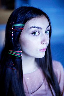 Junge Frau mit vielen Haarklammern im Haar - p1521m2128966 von Charlotte Zobel