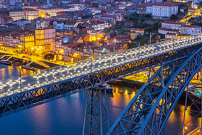 Portugal, Porto District, Porto, Aerial view of Dom Luis I Bridge at night - p300m2198872 by Raul Podadera Sanz