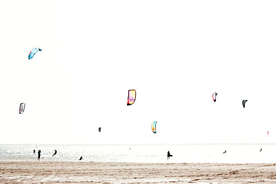 Kite-Surfer am Strand - p754m1445572 von Valea Diller-El Khazrajy