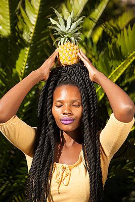Ananas auf dem Kopf festhalten - p045m1465159 von Jasmin Sander