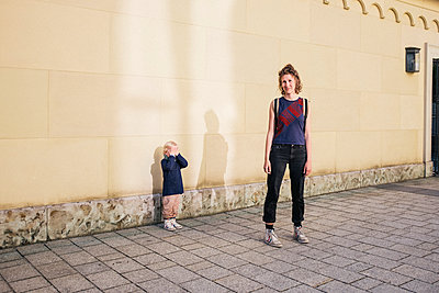 Mutter mit Sohn vor Hauswand - p1046m1467528 von Moritz Küstner