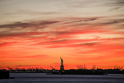 The Statue of Liberty at sunset - p1166m2094027 by Cavan Images