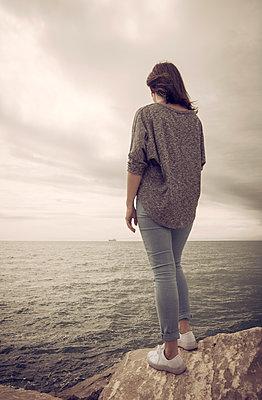 Frau an der Steilküste - p1443m1591668 von SIMON SPITZNAGEL