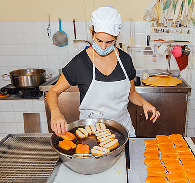 woman with mask working in a confectionary, Almonte, Spain - p300m2282263 von Julio Rodriguez