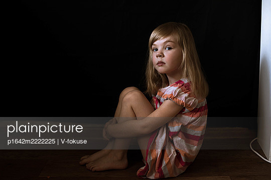 Little girl with blond hair sitting on the floor - p1642m2222225 by V-fokuse