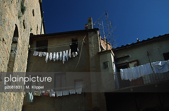 washday in teh Tuscany - p2681831 by M. Klippel