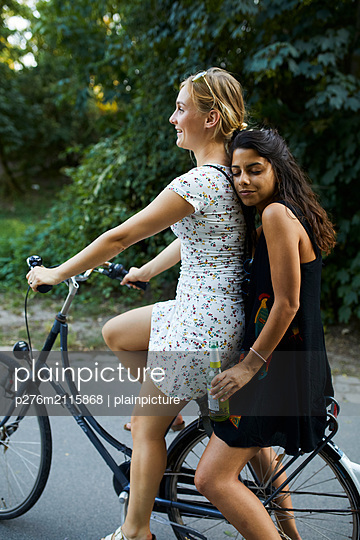 Girlsfriends on the road - p276m2115868 by plainpicture