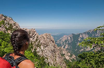 woman hiking at Seoraksan national park in Korea - p1166m2268393 by Cavan Images