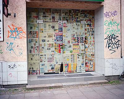 Alte Zeitungen als Sichtschutz - p171m1219376 von Rolau