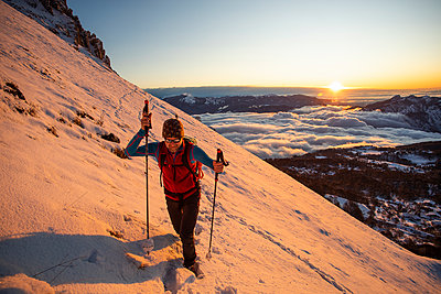 Mountaineer on the mountainside during sunrise, Orobie Alps, Lecco, Italy - p300m2160217 by 27exp