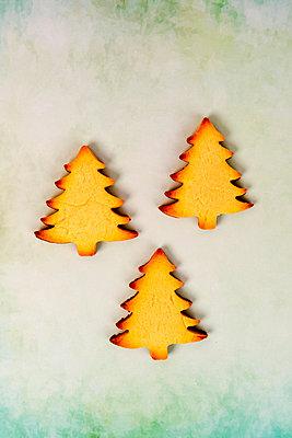 3 gebackene Tannenbäume - p451m2086939 von Anja Weber-Decker