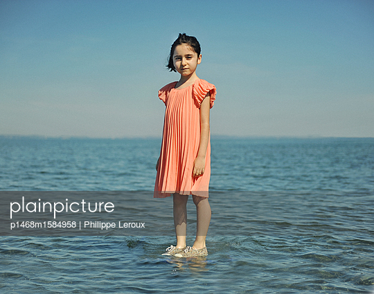 Kleines Mädchen im flachen Wasser - p1468m1584958 von Philippe Leroux