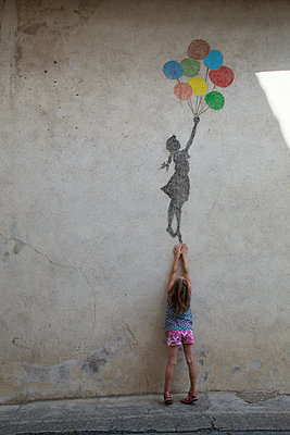 Graffiti with balloons - p1040m1195514 by Dorothee Hörstgen