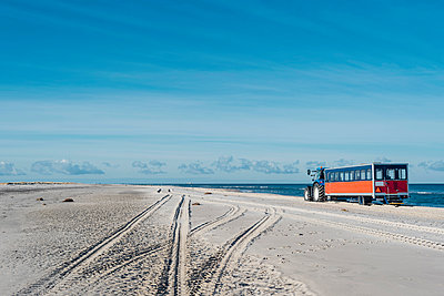 Denmark, Skagen, Grenen, tractor with trailer the beach - p300m1189229 by Jana Mänz