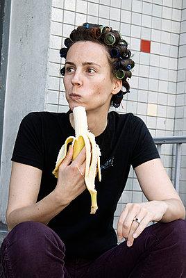 Woman having curls - p3790366 by Scheller