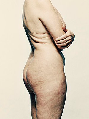 Nude beauty portrait of old woman - p429m713083 by Colin Hawkins