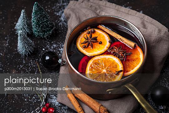 Pot of mulled wine - p300m2013031 von Susan Brooks-Dammann