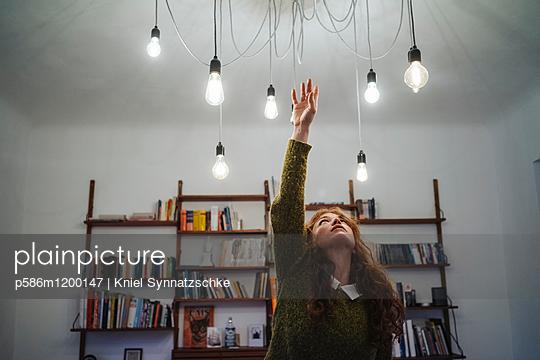 Mehrere Glühbirnen an der Zimmerdecke - p586m1200147 von Kniel Synnatzschke