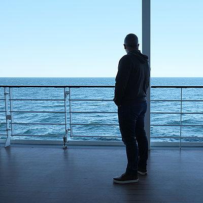 Mann auf einem Schiff - p1105m1574443 von Virginie Plauchut