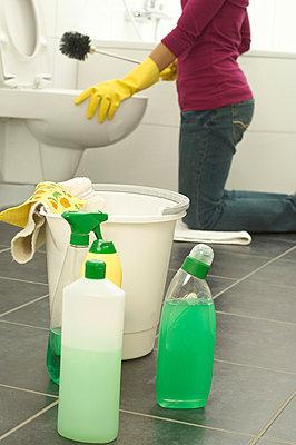 Frau reinigt die Toilette - p4736669f von STOCK4B-RF