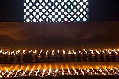 Kerzen in Nepal - p505m1147155 von Iris Wolf