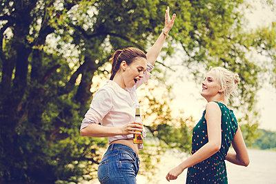 Two friends celebrating together - p904m932333 by Stefanie Päffgen