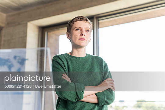 Businesswoman in office next to virtual screen - p300m2214128 by Uwe Umstätter