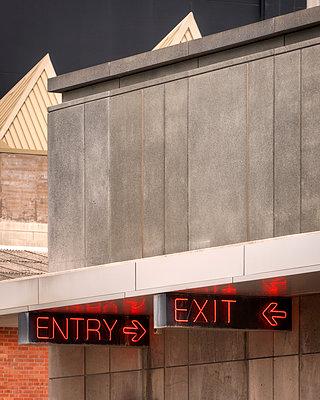 Digitalanzeigen Eingang Ausgang - p1154m1425704 von Tom Hogan